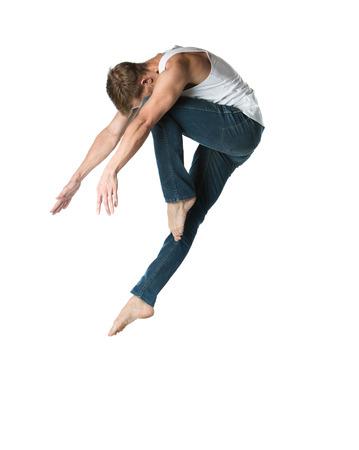 Volwassen mannelijke danser draagt een wit shirt en een spijkerbroek. Image is geïsoleerd op een witte achtergrond. Stockfoto