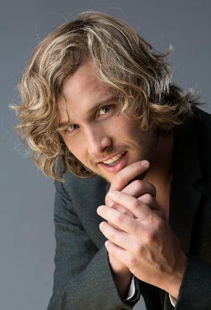 blonde yeux bleus: Portrait d'un homme caucasien beau v�tu d'une chemise boutonn�e blanche et une veste grise. Banque d'images