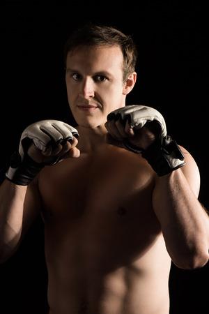 artes marciales: Retrato de un luchador mixta masculino caucásico hermoso artes marciales. El chico lleva guantes mma blancos.
