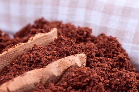 espesso: Ground coffee and wooden spoon close up