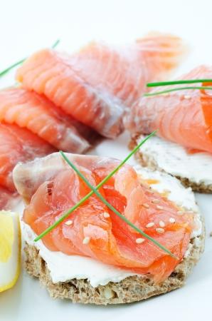 salmon ahumado: Cerca de canap�s de salm�n ahumado con queso crema, cebollino y lim�n