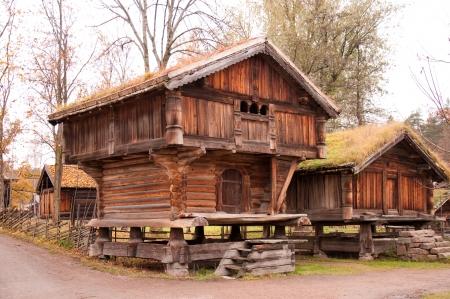 Noorse typische houten huis met grasdak Redactioneel