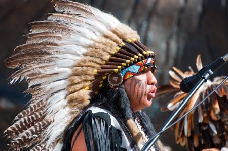 head-dress: Oslo, Norwegia - 18 lipca: Native American Indian grupa plemienna muzyka grać, śpiewać i tańczyć do zabawiania kupujących w Oslo, Norwegia na 18 lipca 2010
