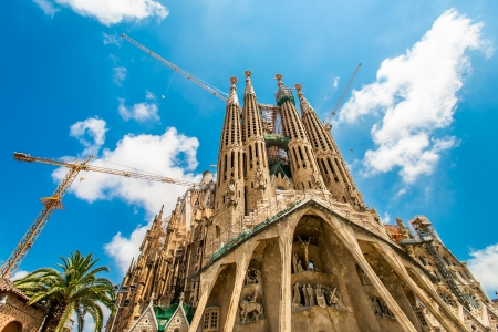 BARCELONA, SPAIN - JULY 13: Sagrada Familia on July 13, 2012: La Sagrada Familia - the impressive cathedral designed by Gaudi, which is being build since 19 March 1882 and is not finished yet. 版權商用圖片 - 14986291