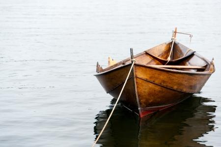 barca da pesca: Vecchia barca di legno fila su acqua