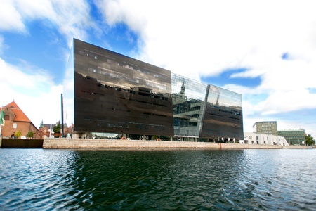 diamante negro: COPENHAGUE, DINAMARCA - agosto 23: Diamante Negro biblioteca fachada el 23 de agosto de 2012 en Copenhague. El Diamante Negro es una extensi�n de la l�nea de costa moderna de antiguo edificio de la Royal Danish Library.