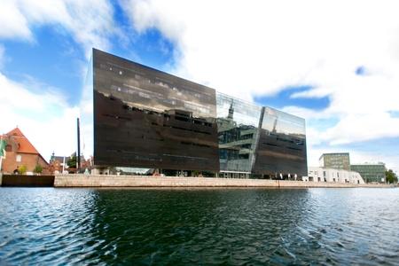 diamante negro: COPENHAGUE, DINAMARCA - agosto 23: Negro biblioteca fachada del diamante el 23 de agosto de 2012 en Copenhague. El Diamante Negro es una extensi�n de l�nea de costa moderno edificio de la antigua Biblioteca Real de Dinamarca. Editorial