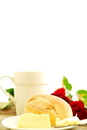 petit dejeuner romantique: beurre de pain et des roses sur la table en bois - composition du petit d�jeuner romantique avec copie espace