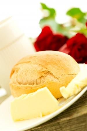petit dejeuner romantique: beurre de pain et des roses sur la table en bois - composition du petit-d�jeuner romantique Banque d'images