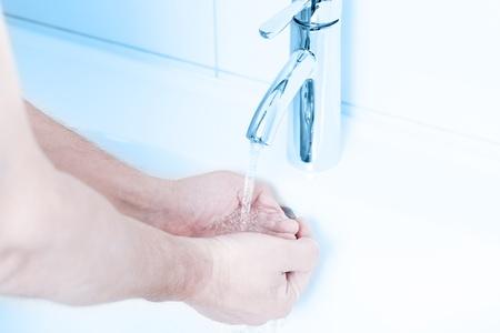 lavage mains: Se laver les mains sous l'eau courante