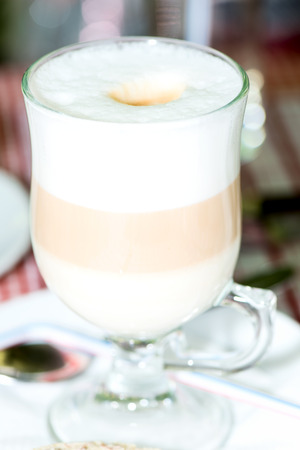 Layered Cappuccino in einer klaren Glasbecher hautnah photo