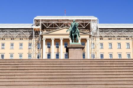 det: Royal Palace (Det kongelige slott) and Statue of Norwegian King Carl Johan XIV  Oslo, Norway Stock Photo