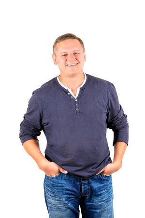 ラフな服装で笑みを浮かべて中年の男。34 人のビューを白で隔離される垂直方向の形式で撮影。
