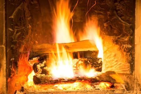 flue season: Burning chimenea con le�a y cenizas incandescentes