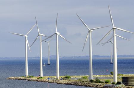 turbine: turbinas de viento blanco generar electricidad en mar Foto de archivo