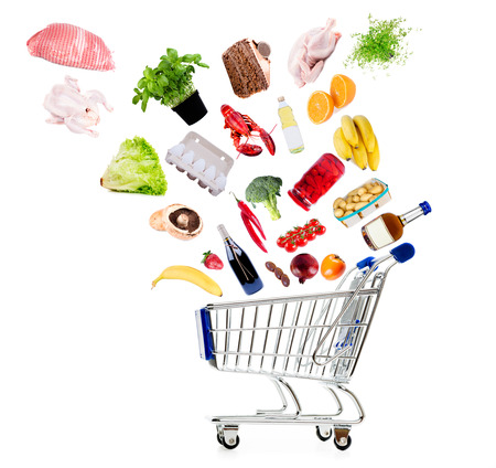 abarrotes: Carro de compras con productos comestibles aislados en blanco