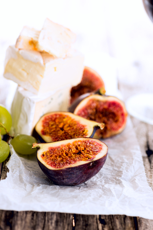 manjar: queso delicadeza y un plato de fruta en la mesa, primer