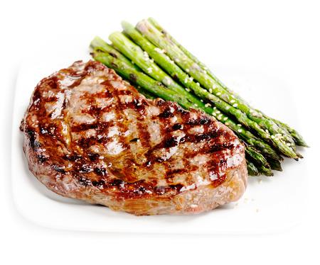 carne asada: Barbacoa carne a la parrilla filete de carne con espárragos en un plato blanco de cerca
