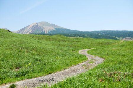 Landschaft am Mount Aso (Aso-san), dem größten aktiven Vulkan Japans, steht im Nationalpark Aso Kuju