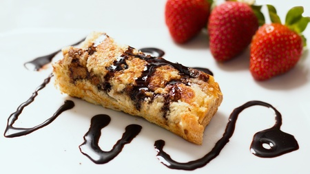 Rolled french toast on a plate with strawberries and chocolate topping - beautiful and delicious dessert Stockfoto
