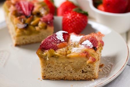 A piece of strawberry and rhubarb pie sprinkled with powdered sugar Stockfoto