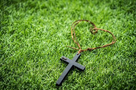 A mini cross on the grass. 版權商用圖片