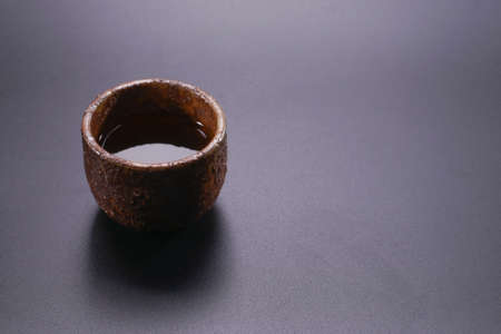 Roasted green tea with a black background in a Japanese restaurant. Standard-Bild