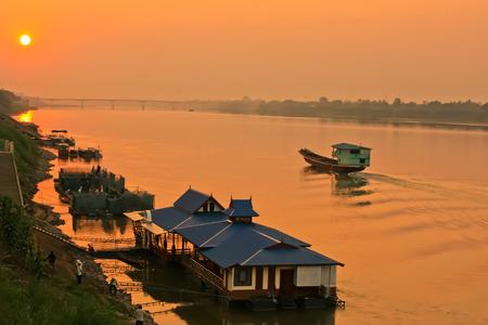 sol: Vista para o rio Mekong, pôr do sol, Tailândia Imagens