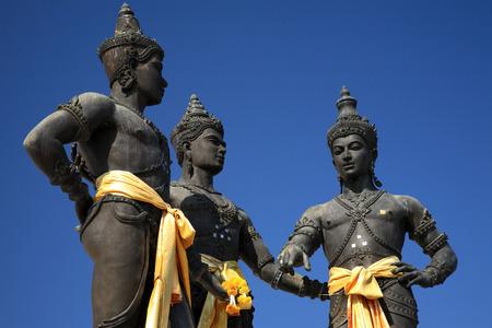 king: Cierre de Tres Reyes Monumento en el centro de Chiang Mai, Tailandia. La escultura de los tres reyes es un s�mbolo de Chiang Mai