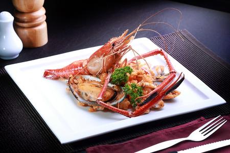 mariscos: Risotto de los mariscos en un plato blanco, comida popular internacional del arroz