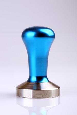 hot temper: Acero temperamento de caf� de acero azul aislado sobre fondo blanco.
