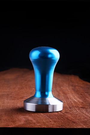 hot temper: Azul temperamento de café de acero inoxidable en el fondo de madera. Foto de archivo