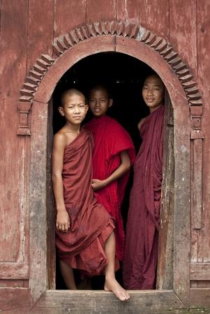 birma: Shan staat, Birma, 26 juli 2010, beginner monniken staan in tempel deur opening