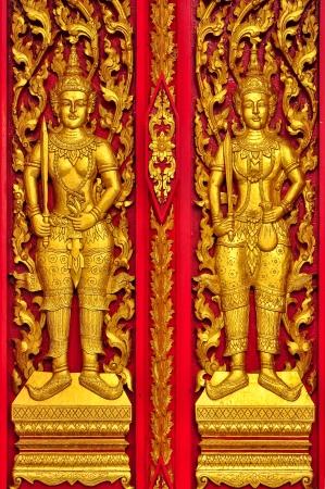 tallado en madera: Red Alebrije puerta en el templo de Tailandia