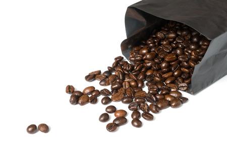 koffie zaden morsen van zwarte folie met tekst ruimte op links