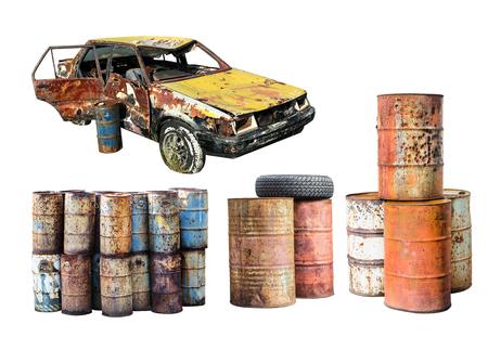 Viejo coche oxidado y destruyó el barril de aceite de metal de óxido aislado sobre fondo blanco Foto de archivo - 86323415