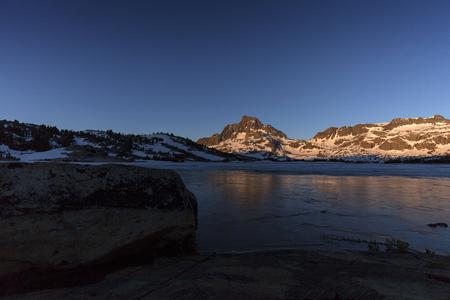 Frozen Sierra Sunrise - Sunrise on granite Banner Peak in the Sierra Nevada mountains on the pacific crest trail. 스톡 콘텐츠