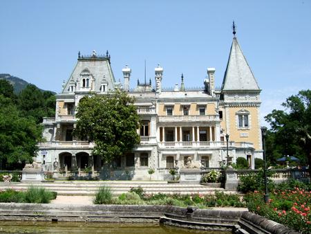 Jalta, Krim, Russland - 8. Juli 2012: Massandra Palace am blauen Himmel in Sommertag Krim. Yalta Ay Petri Standard-Bild - 93673559