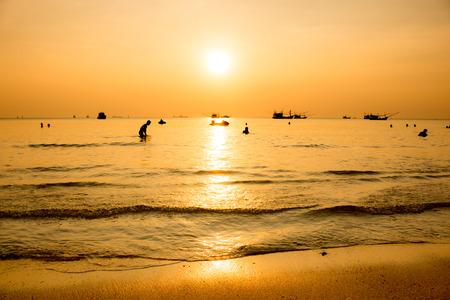mujer mirando el horizonte: El sol cae en el mar