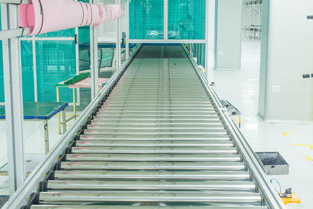 The conveyor chain, and conveyor belt on production line set up in clean room area. Imagens