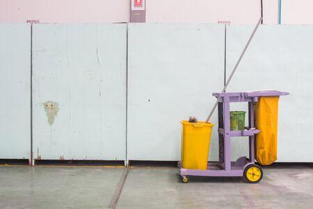 Il carrello di pulizia (carrello di servizio) davanti al muro