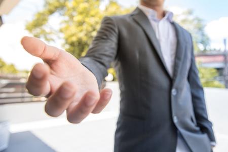 Een zakenman klaar geef hoop geef geld geef toekomst geef werk alsjeblieft sta op en maak nieuw project ga met bedrijf het beste we geven geluk Je zult rijk zijn