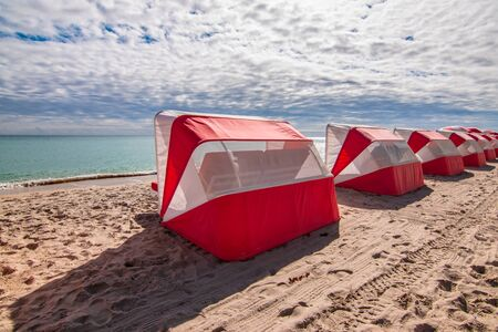 Hollywood beach, Florida. Sun shade canopy tents on the beach. Фото со стока - 149919833