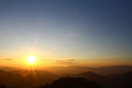 Sunrise scene with the peak and cloudscape at Phu chi fa in Chiangrai,Thailand Banque d'images