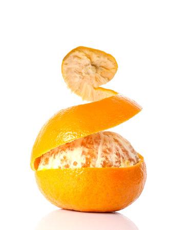 白い背景の上にオレンジの皮。 写真素材