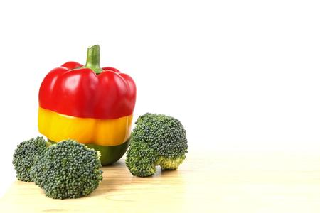 Poivron & brocoli sur fond blanc