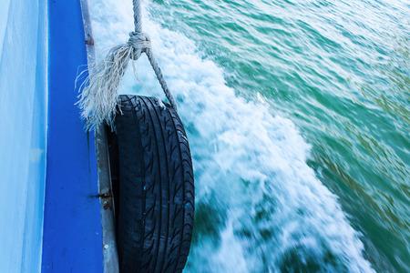 새 타이어 재활용 장비. 작은 여객선을 흙 받이