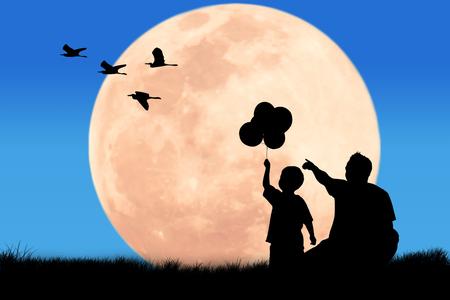 dia y la noche: padre silueta de la mano apunte busca de aves garza en la noche de luna llena de fondo a su hijo Foto de archivo