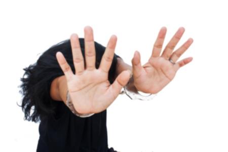 d�livrance: -slave floue, le concept de traite des �tres humains, les femmes la main dans la menotte Banque d'images