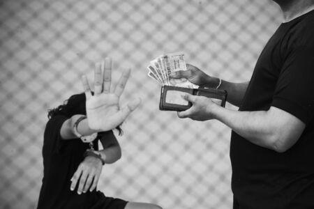 d�livrance: Esclave, le concept de traite des �tres humains, les femmes la main dans la menotte Banque d'images